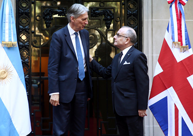 El ministro británico de Economía, Philip Hammond, y el ministro de Relaciones Exteriores argentino, Jorge Faurie