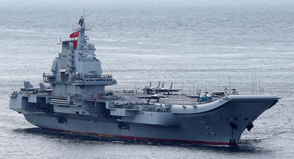 Miembros de la Armada china son vistos a bordo del portaviones Liaoning mientras navega hacia Hong Kong (imagen referencial)