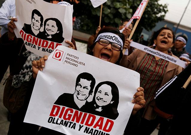 Manisfestación de personas en apoyo al expresidente peruano Ollanta Humana y su esposa Nadine Heredia