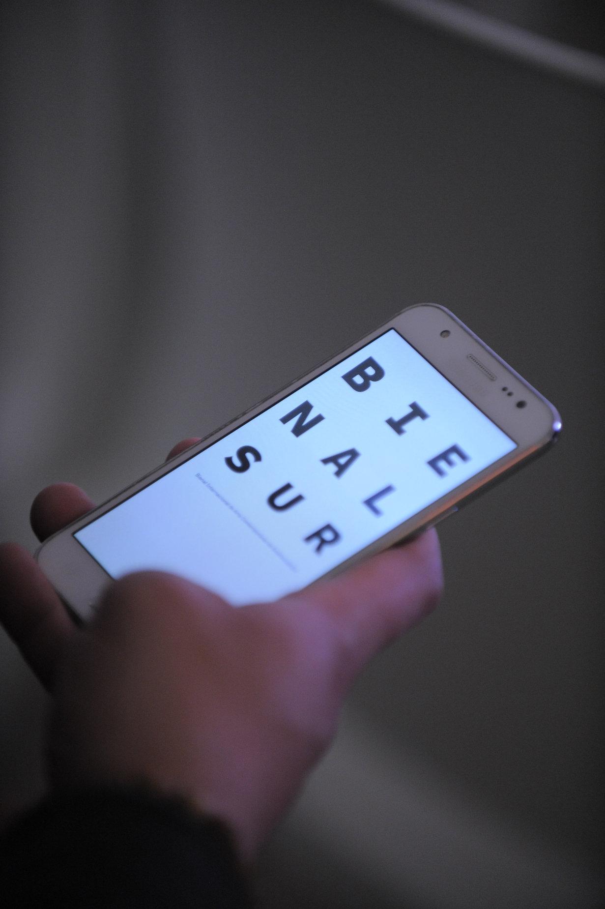 Un móvil con el logo de Bienalsur