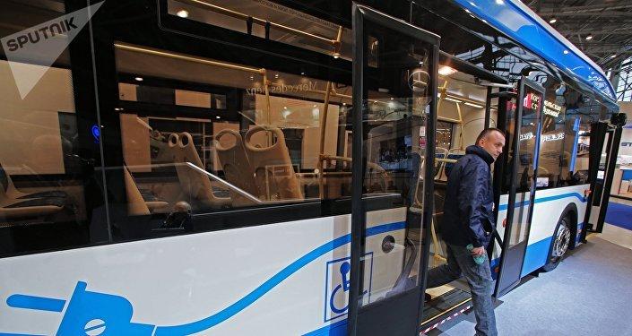 El prototipo del autobús eléctrico del Grupo GAZ, presentado en una exposición industrial en Moscú