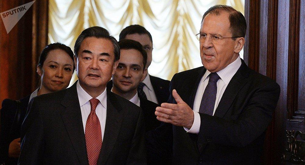 El ministro ruso de Asuntos Exteriores, Serguéi Lavrov, y su homólogo chino, Wang Yi (archivo)