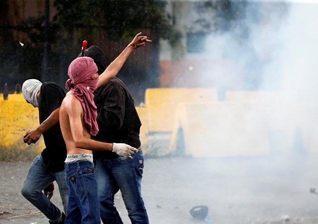 Protestas en las afueras de la base militar de Valencia, Venezuela