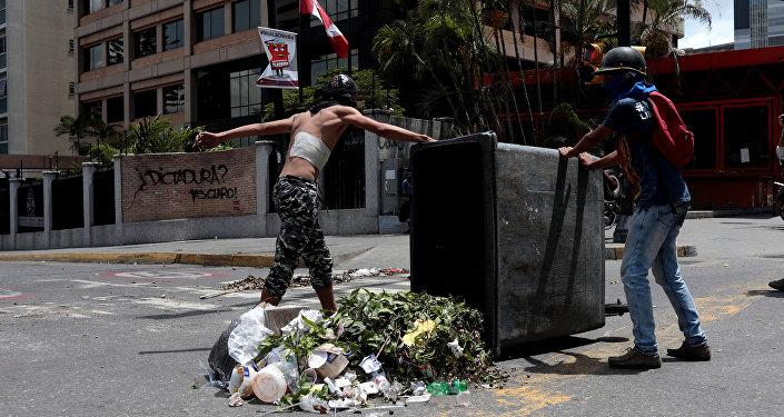 Los manifestantes bloquean las calles en Caracas