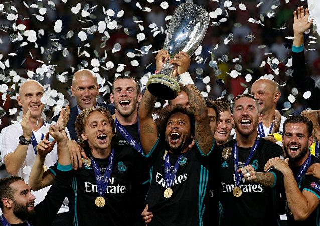 Equipo de Real Madrid celebra su victoria en Supercopa de Europa