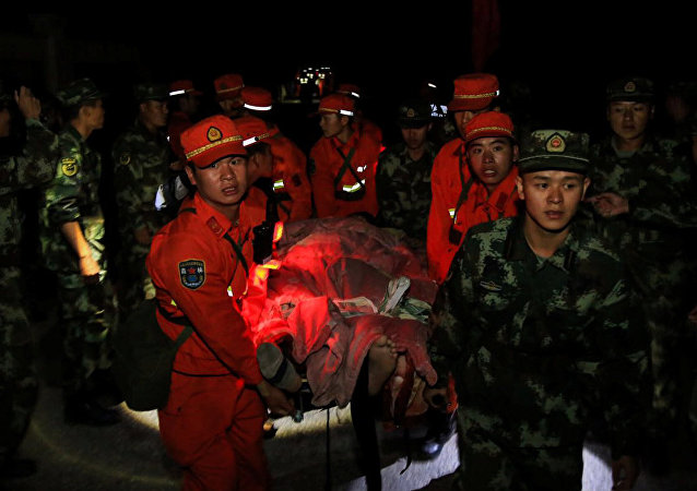 Socorristas chinos rescatan a las víctimas del terremoto