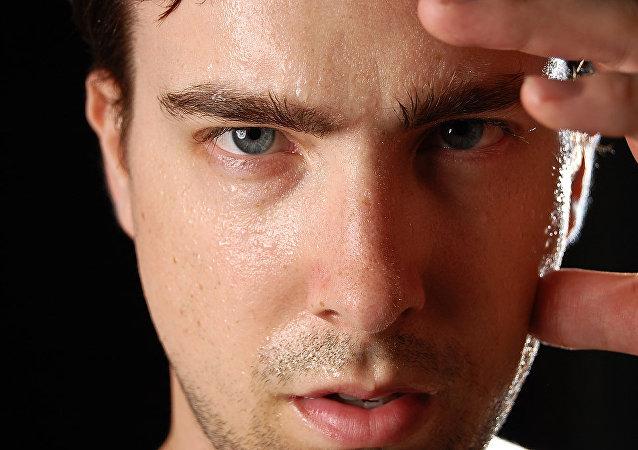 Un hombre sudando e infeliz