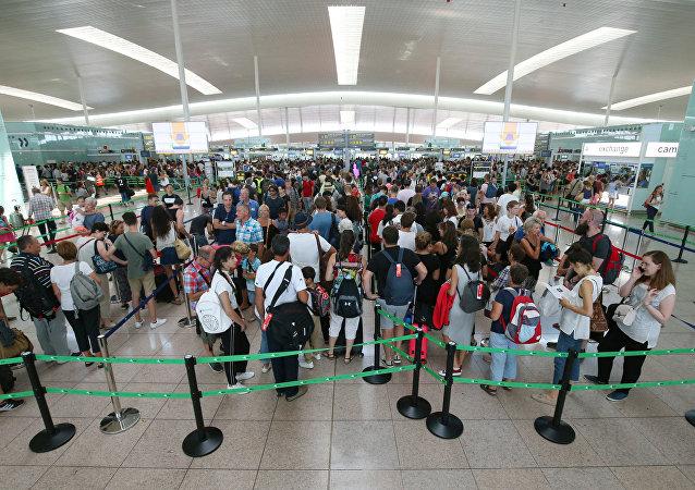 La gente en el aeropuerto de Barcelona-El Prat