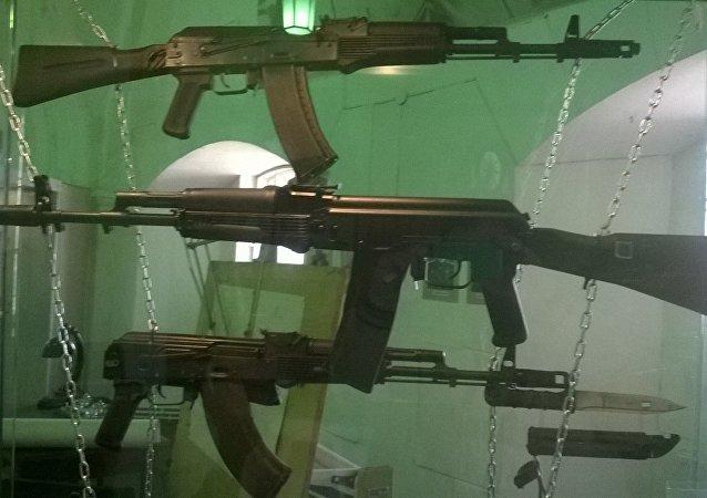 Fusiles AK-74M, AK-101 y AK-103 (imagen referencial)