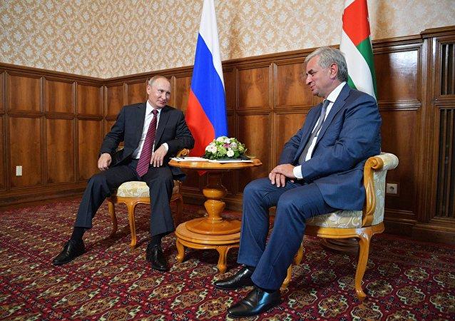 Vladímir Putin, presidente de Rusia y Raúl Jadzhimba, presidente de Abjasia