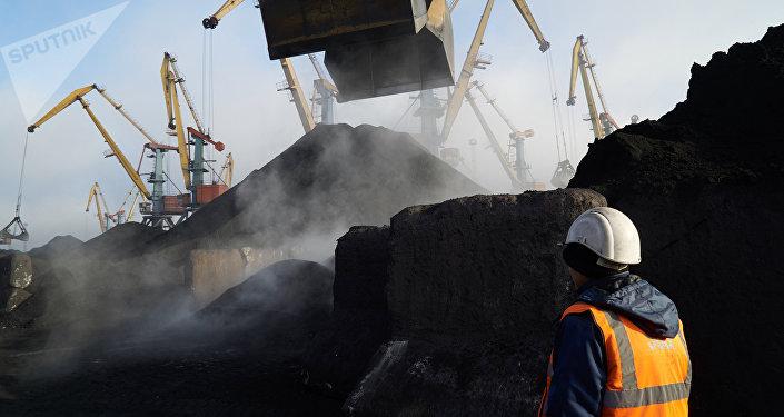El antracita llega al puerto ucraniano Yuzhni en Odesa (archivo)