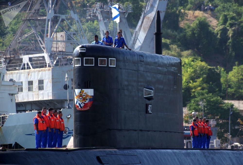 La ceremonia de bienvenida al submarino Krasnodar, en Sebastopol