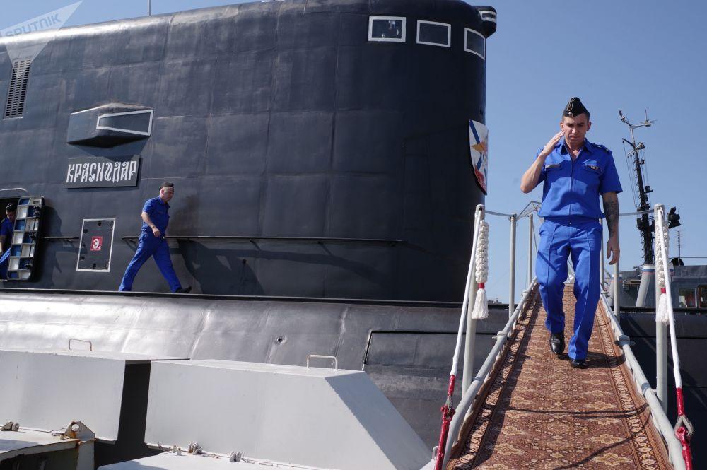 La ceremonia de bienvenida al submarino Krasnodar, en el puerto de Sebastopol
