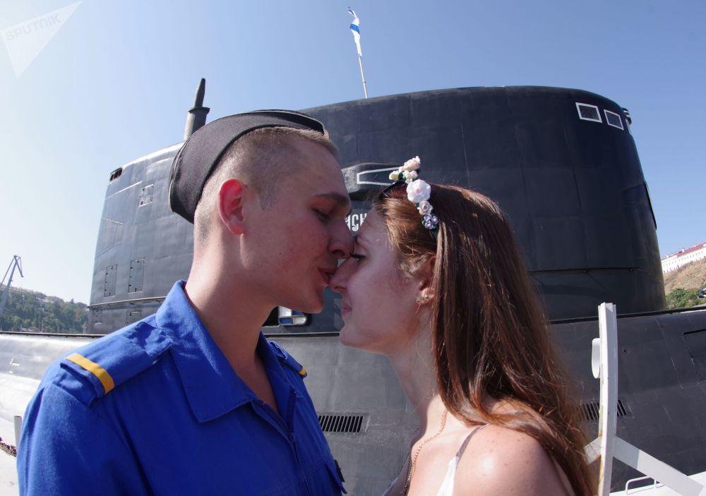 Un marinero y su novia, en plena ceremonia de bienvenida al submarino Krasnodar