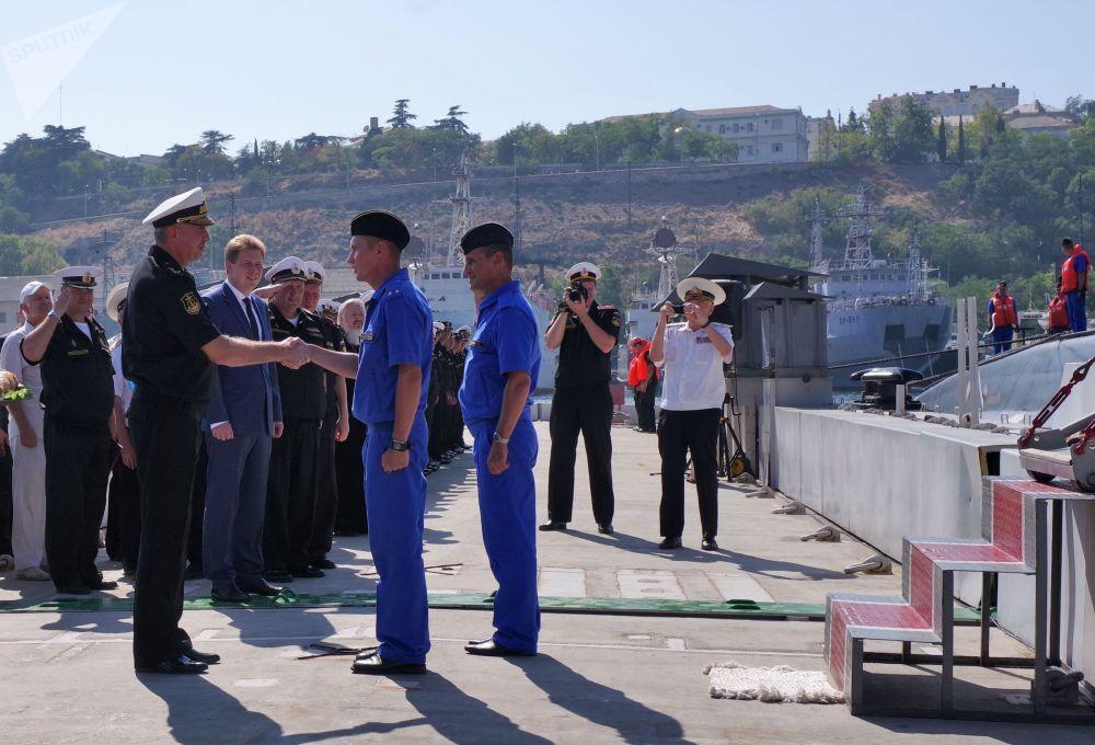 El comandante de la Flota del Mar Negro y el gobernador interino de la ciudad de Sebastopol reciben a los marineros del sumergible Krasnodar