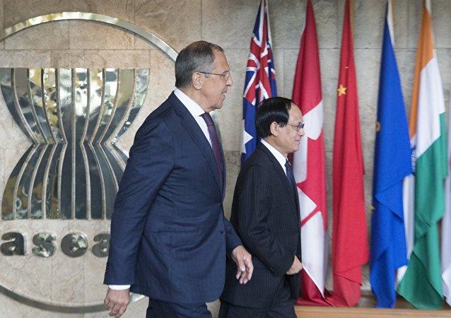 Serguéi Lavrov, ministro de Asuntos Exteriores de Rusia, y Le Luong Minh, secretario general de la ASEAN