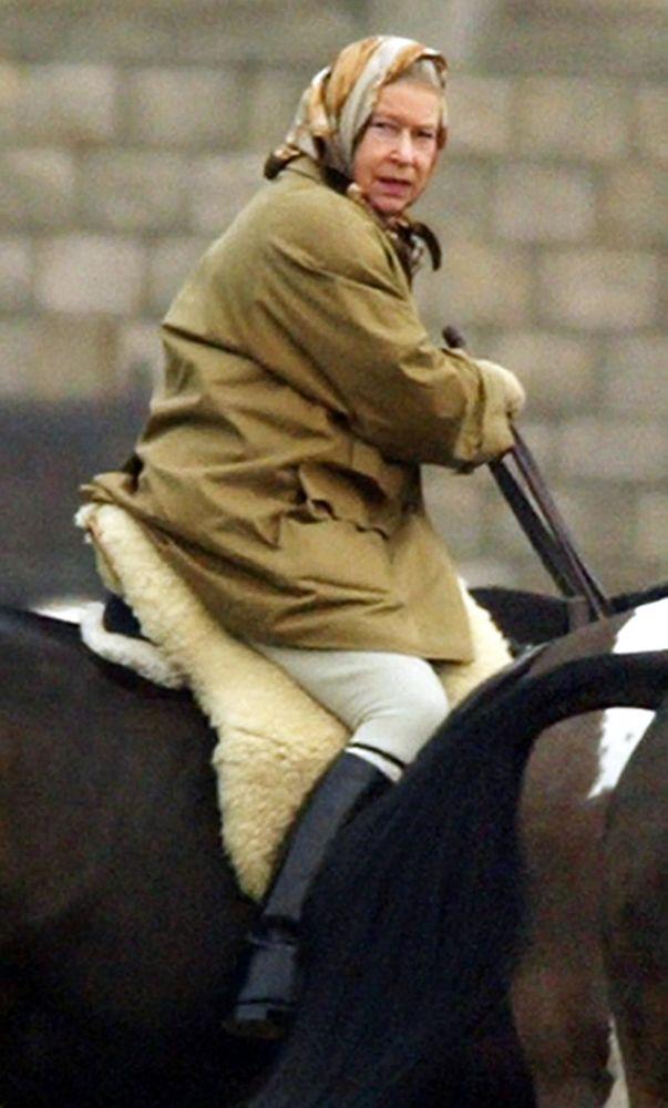 La reina Isabel II del Reino Unido monta a caballo