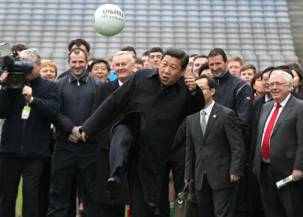 El líder de China, Xi Jinping, durante un partido de fútbol gaélico en Irlanda