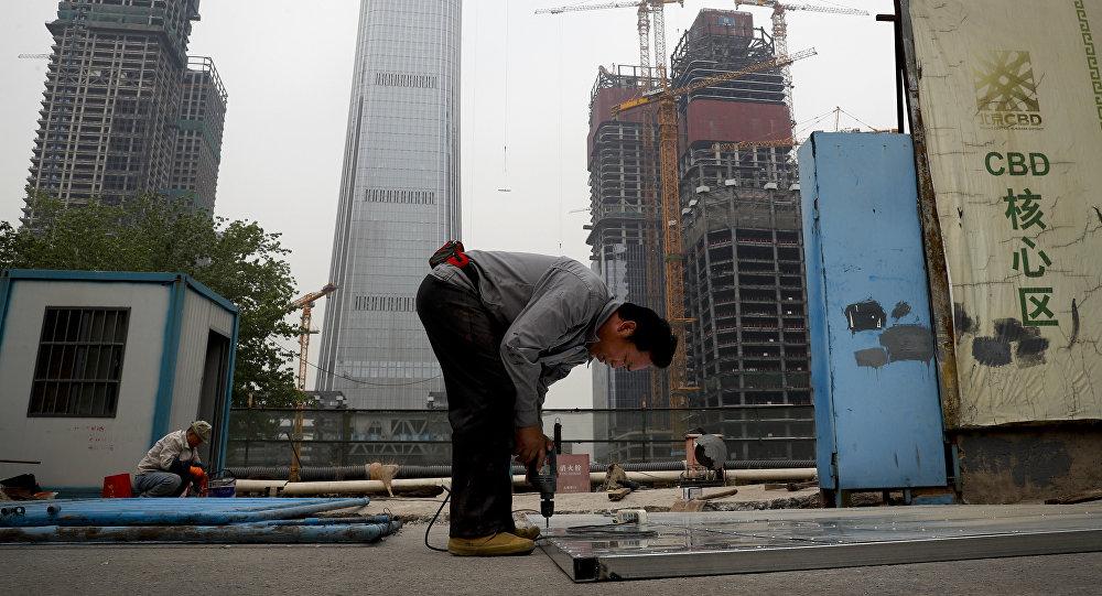 Un obrero está montando una plataforma de aluminio en Pekín
