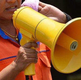 Mujer con megáfono (imagen referencial)