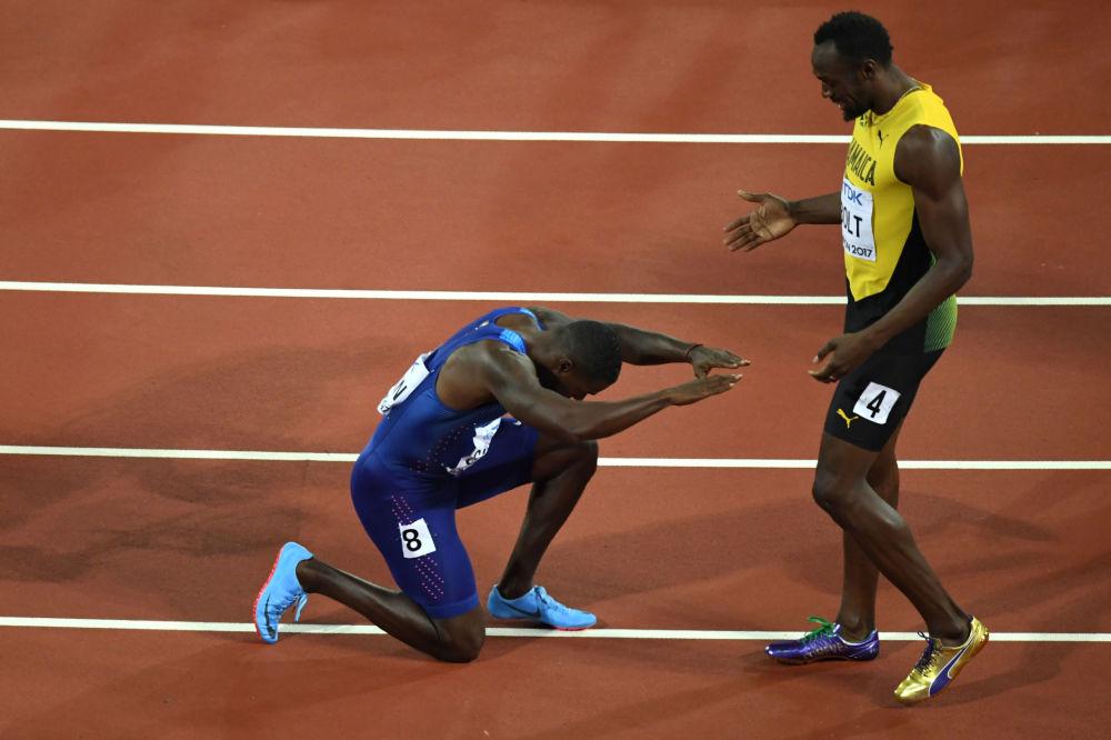 El atleta estadounidense Justin Gatlin se arrodilla ante el jamaicano Usain Bolt