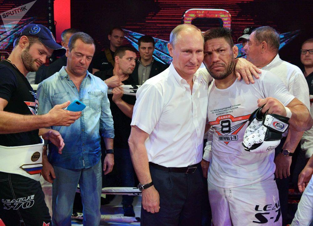 El presidente ruso, Vladímir Putin, y el campeón de Brasil de kickboxing y de boxeo Luis Sergio Melo Junior
