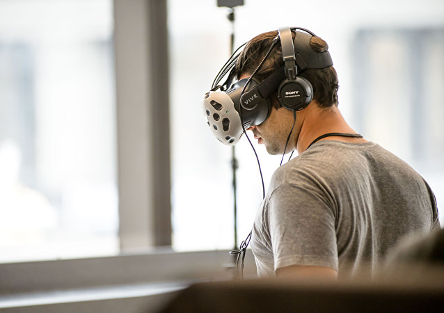 Una persona durante un juego de realidad virtual (imagen referencial)