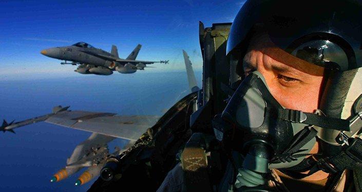 Un piloto del avión estadounidense F/A-18 Hornet