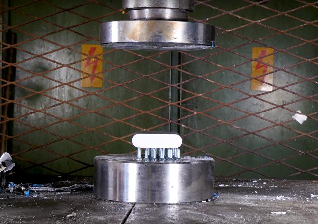 Batería colocada en una prensa hidráulica