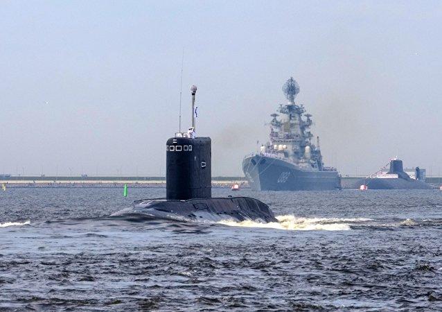 El submarino Kolpino junto al crucero nuclear Piotr Veliki (archivo)