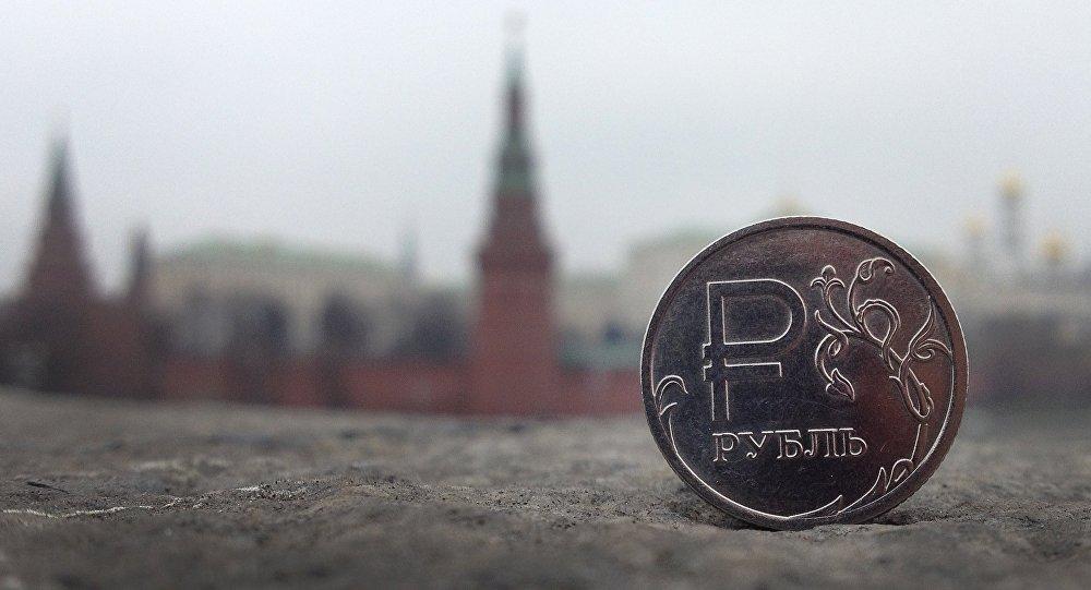 Una moneda de rublo con el Kremlin de Moscú de fondo (imagen referencial)