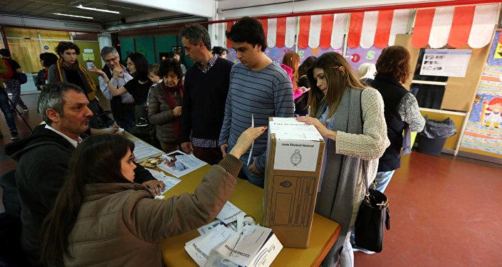 Los argentinos votan en las PASO en Buenos Aires, Argentina