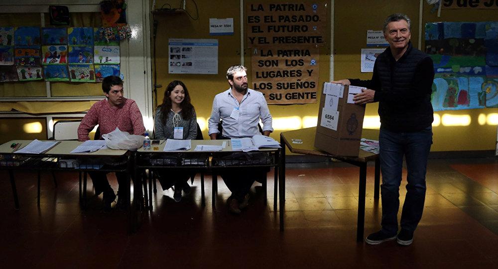 Mauricio Macri, presidente de Argentina, votando durante las elecciones primarias