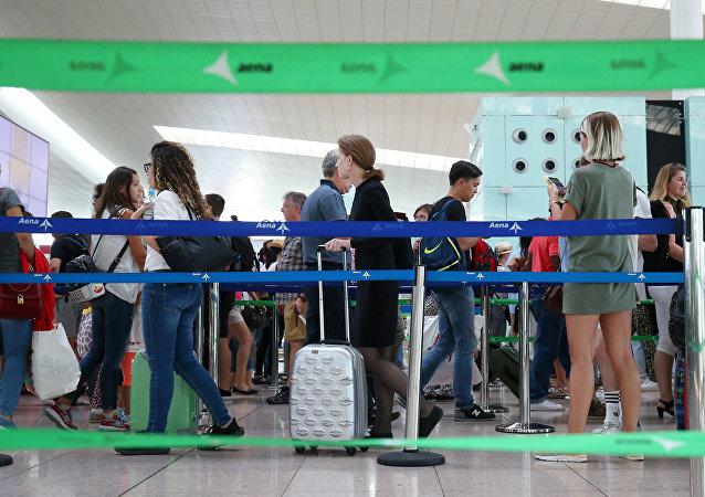 Pasajeros haciendo cola en el aeropuerto de Barcelona, España (archivo)
