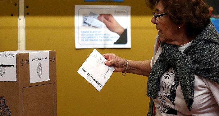 Una mujer votando durante las elecciones primarias en Argentina