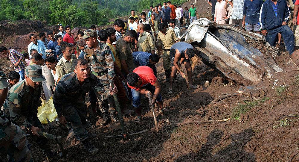 Militres indios realizando labores de rescate tras el delave en Himachal Pradesh