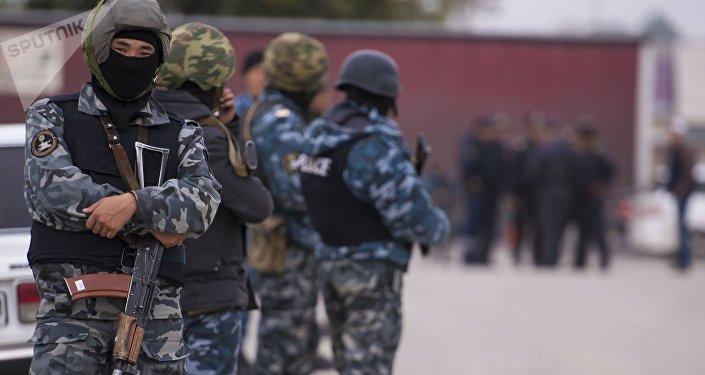 Cuerpos de seguridad de Kirguistán en busca de los terroristas