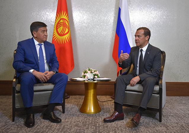 El primer ministro de Kirguistán, Sooronbai Zheenbékov con su par ruso, Dmitri Medvédev