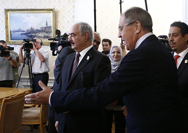 El comandante del Ejército Nacional de Libia, Jalifa Haftar en una reunión con el ministro de Exteriores de Rusia, Serguéi Lavrov