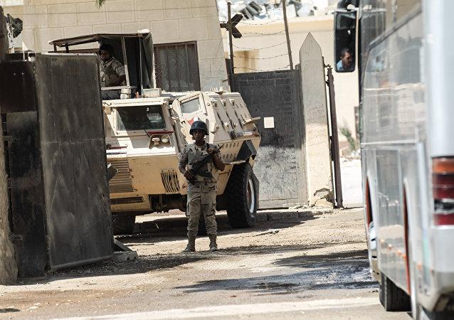 Un guardia de las fuerzas de seguridad de Egipto controlando la frontera para permitir la salida de grupos de peregrinos palestinos
