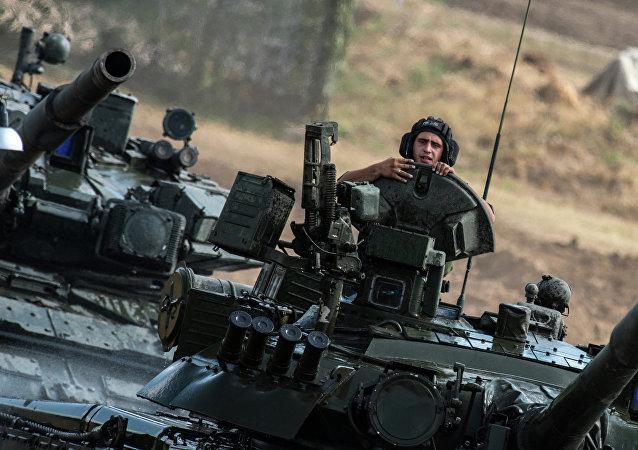 Carros de combate T-80 del Ejército ruso