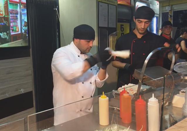 Un hombre que prepara shawarma con machete