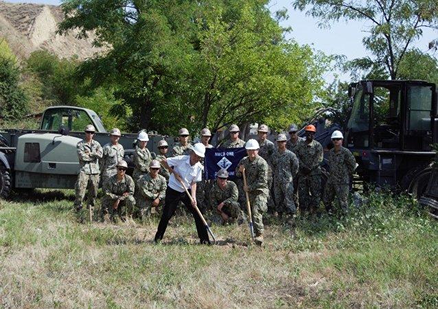 Militares estadounidenses posan para una foto antes de iniciar los trabajos de construcción en Ochákov, Ucrania, 25 de julio de 2017