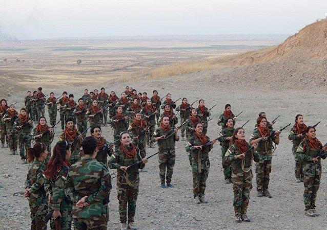 Mujeres kurdas se preparan para luchar contra Daesh (archivo)