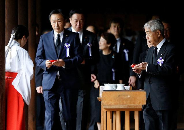 Parlamentarios japoneses visitan el templo de Yasukuni, el 15 de agosto de 2017