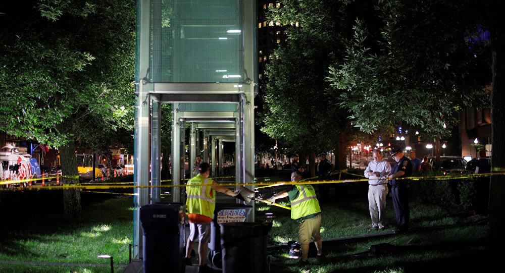 Un trabajador limpia los vidrios rotos del monumento a las víctimas del Holocausto en Boston, EEUU