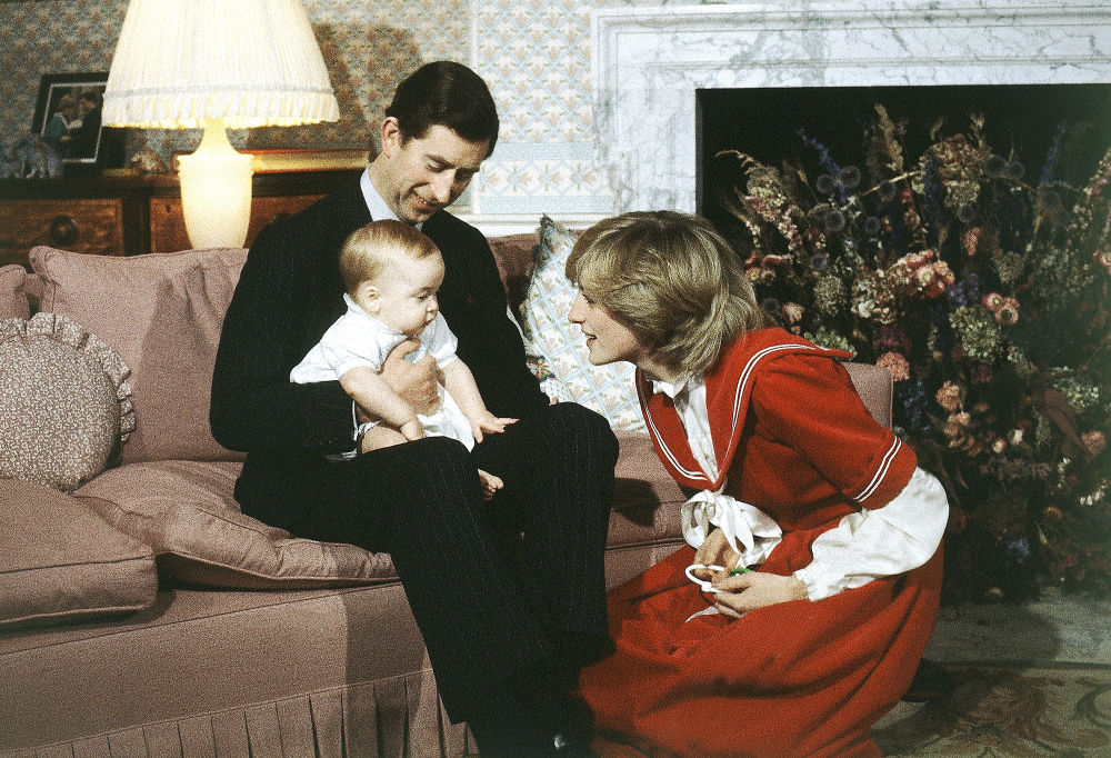 El príncipe de Gales, Carlos, y la princesa de Gales, Diana, con su hijo Guillermo, en 1982