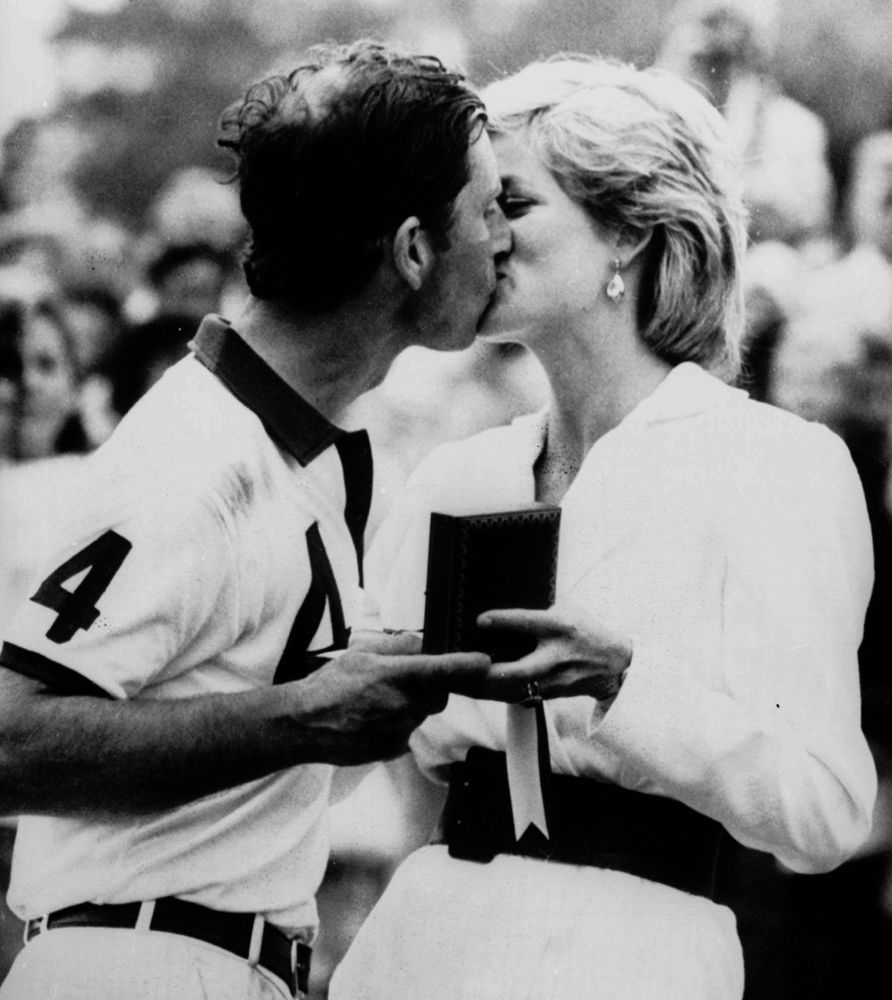 La princesa Diana felicita a su entonces marido Carlos por la victoria en un partido de polo, en 1988