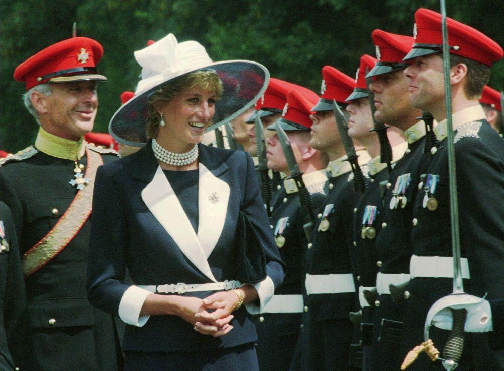 La princesa Diana ante una guardia de honor en Alemania, en 1995