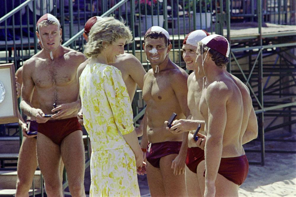 La princesa Diana habla con los miembros del equipo ganador de una competición de socorristas en una playa al norte de Sídney, en 1988